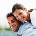 Glückliches Paar privatversichert - private Krankenversicherung bei Beamtengatten