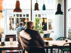 Tarifoptimierung private Krankenkassen für Rentner gute Lösung - Rentner im Café