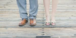 Gleiche Voraussetzungen für eine PKV beim Ehepartner - Füße eines Ehepaars